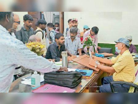 कॉलेज प्रबंधन का घेराव करते कार्यकर्ता व पीड़ित छात्र-छात्राएं। - Dainik Bhaskar