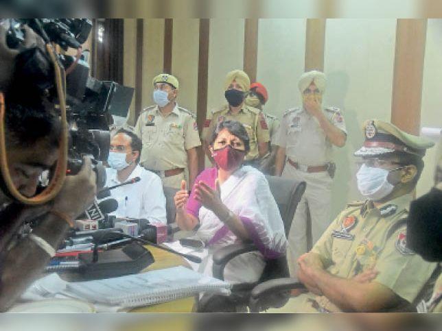 बचत भवन में मीटिंग के दौरान चीफ सेक्रेटरी विनी महाजन। - Dainik Bhaskar
