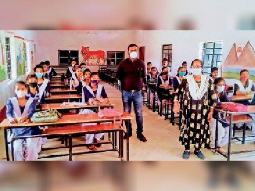 इंटर हाई स्कूल में शनिवार को संचालित वर्ग नौ की कक्षा। - Dainik Bhaskar