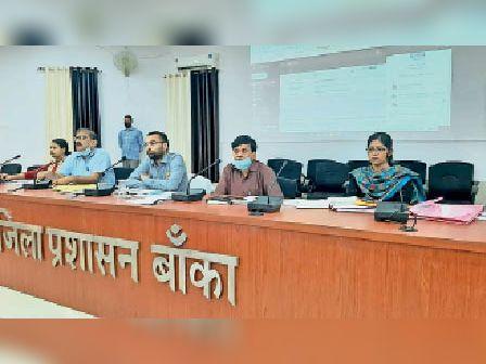 समाहरणालय सभागार मे बैठक करते डीएम व अन्य पदाधिकारी। - Dainik Bhaskar