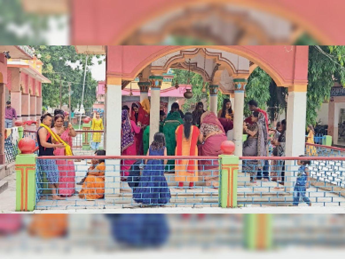 राधा-कृष्ण मंदिर में पहुंचे श्रद्धालु। - Dainik Bhaskar