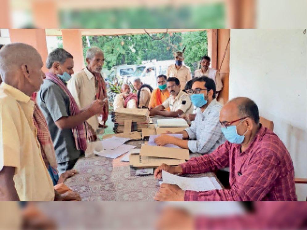 नावकोठी थाना परिसर में आयोजित जनता दरबार में मौजूद पदाधिकारी. - Dainik Bhaskar