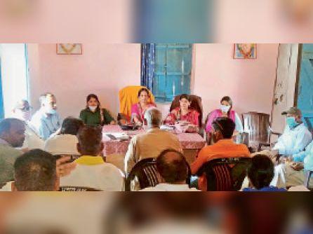 सूर्यपुरा में बीडीसी की बैठक में मौजूद अधिकारी व अन्य। - Dainik Bhaskar