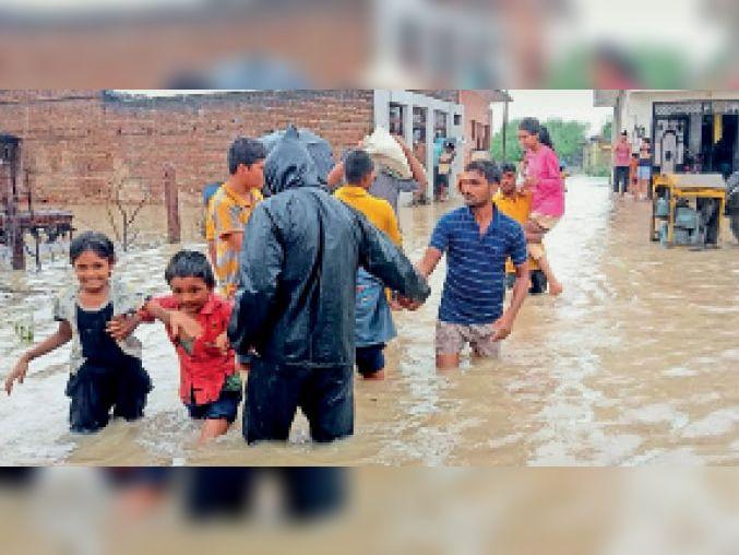 अतिवृष्टि के दौरान जलभराव वाले क्षेत्र से सिविल डिफेंस टीम ने इस तरह लोगों को सुरक्षित निकाला। - Dainik Bhaskar