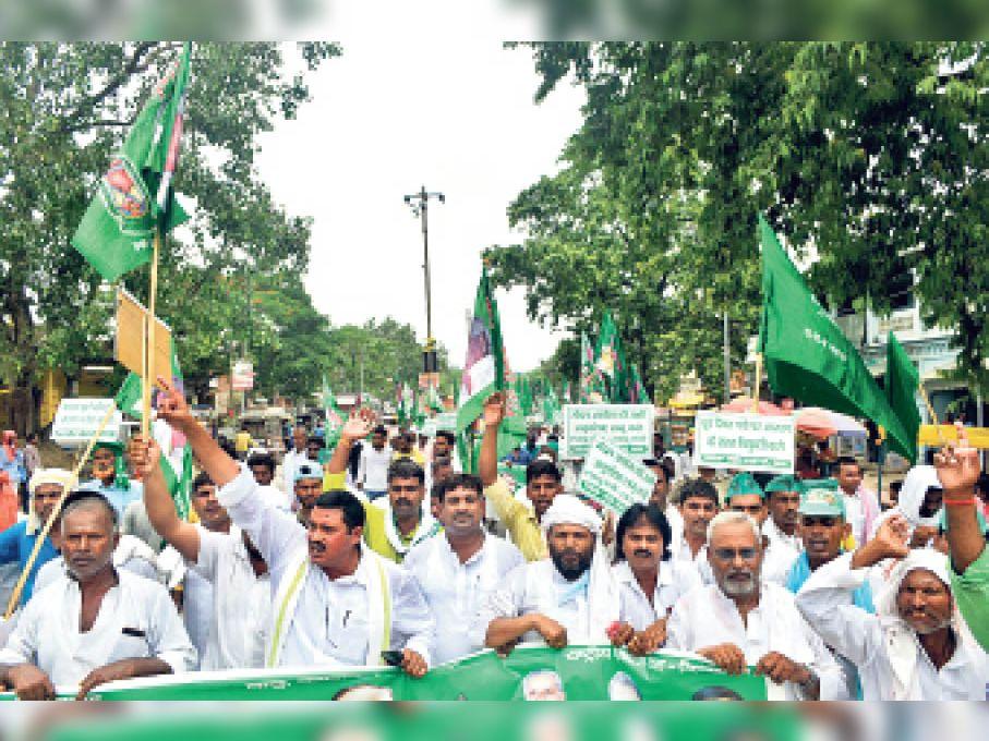 आक्रोश मार्च निकालते राजद विधायक व अन्य। - Dainik Bhaskar