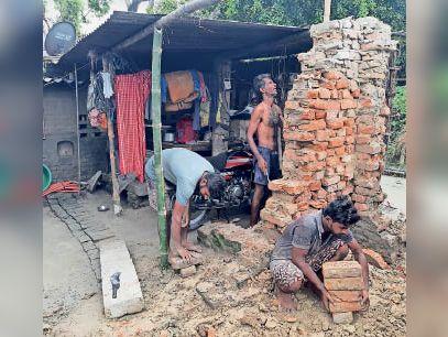 कटाव बढ़ने से लोग मकान तोड़कर ईट ले जाते हुए - Dainik Bhaskar