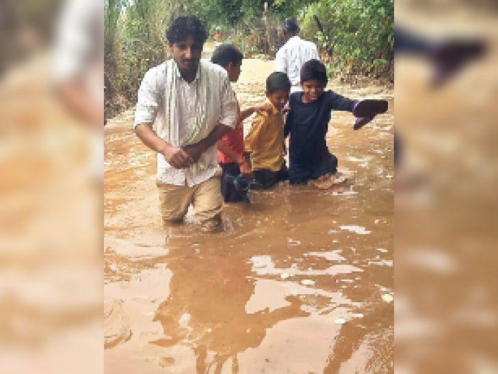 लालसोट  संवासा गांव में आवागमन के रास्ते पर बरसात का पानी होने से ग्रामीणों को आने-जाने में परेशानी हो रही है। - Dainik Bhaskar