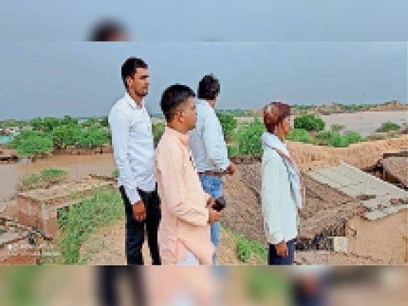 धौलपुर. चंबल बाढ प्रभावित गांवाें का दाैरा करते बघेल व अन्य। - Dainik Bhaskar