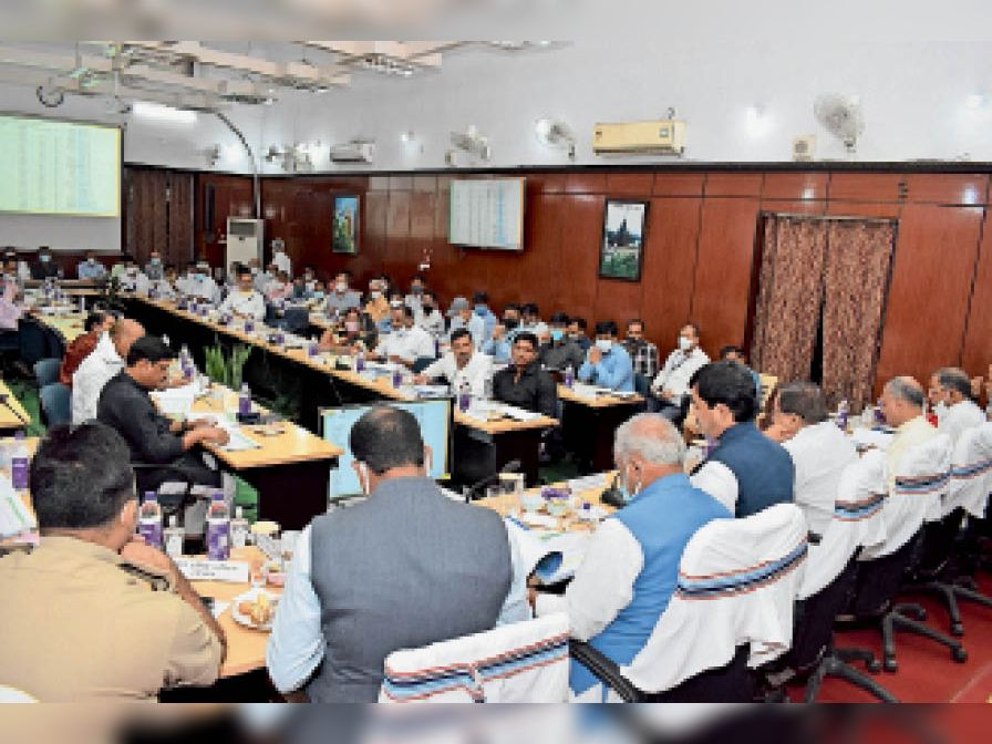समीक्षा बैठक को संबोधित करते उद्योग मंत्री - Dainik Bhaskar