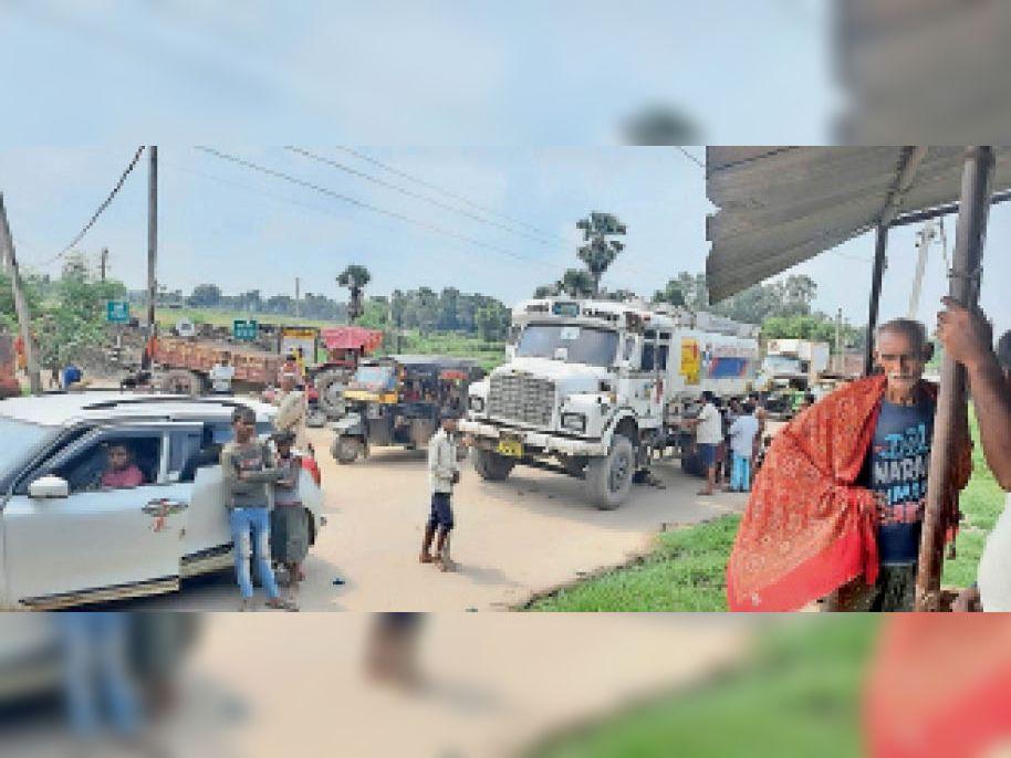 योजना का कार्य पूरा न होने के विरोध में सड़क जाम करते लोग। - Dainik Bhaskar