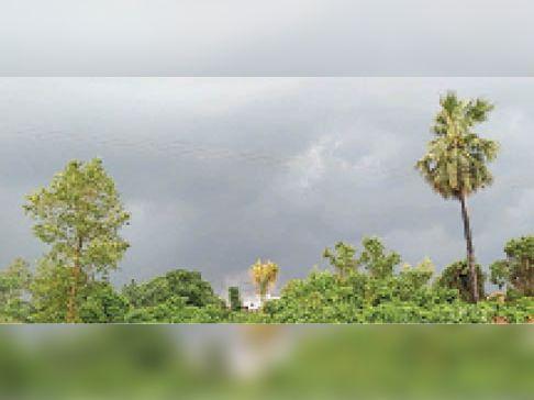 आसमान में रही बादलों की आवाजाही। - Dainik Bhaskar