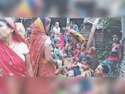 राघोपुर में बाढ़ के पानी मंे डूबने से व्यक्ति की मौत के बाद रोते-बिलखते परिजन। - Dainik Bhaskar