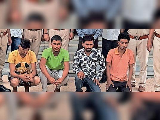 किशनगढ़-रेनवाल| शहर के पुलिस थाने पर में गैंग के गिरफ्तार आरोपी। - Dainik Bhaskar