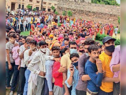 जोबनेर| कस्बे में वैक्सीनेशन के दौरान लगी लोगों भीड़ से खड़े धक्का-मुक्की करते हुए लोग। - Dainik Bhaskar