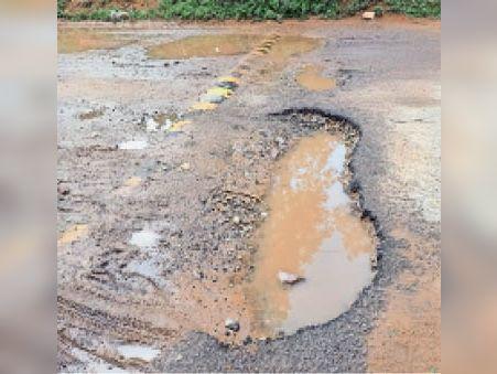 सामोद  नांगल भरड़ा में टूटी रोड। - Dainik Bhaskar