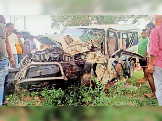 पेड़ से टकराने के बाद दुर्घटनाग्रस्त स्कॉर्पियो। - Dainik Bhaskar