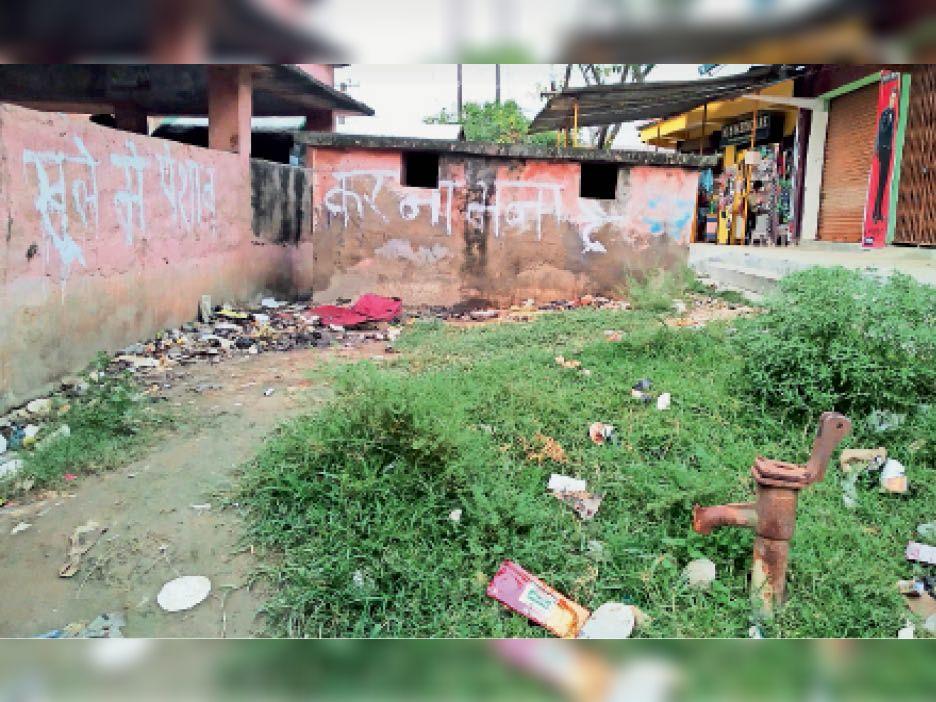 मधेपुर बस स्टैंड स्थित क्षतिग्रस्त शौचालय और चापाकल। - Dainik Bhaskar