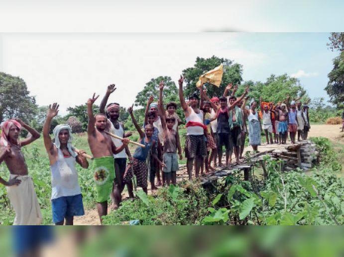 पुल निर्माण की मांग को लेकर नारेबाजी करते ग्रामीण। - Dainik Bhaskar