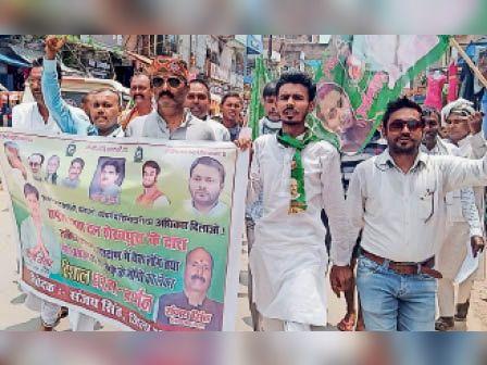 जुलूस में शामिल राजद कार्यकर्ता। - Dainik Bhaskar