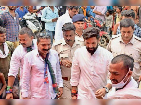 सीतामढ़ी में लोजपा के राष्ट्रीय अध्यक्ष चिराग पासवान, पार्टी के नेता और पुलिस कर्मी बिना मास्क लगाए थे। - Dainik Bhaskar