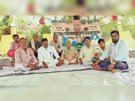 डुमरा में अमर शहीद रामफल मंडल का जयंती समारोह मनाते लोग। - Dainik Bhaskar