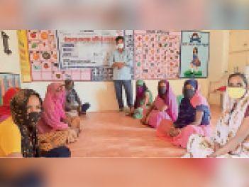 पीपलू  बगड़ी में गर्भवती एवं धात्री महिलाओं को जागरूक करते हुए ब्लॉक को-ऑर्डिनेटर। - Dainik Bhaskar