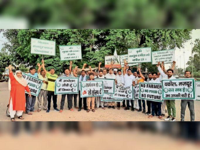 रादौर|कृषि कानूनों के विरोध में बुबका चौक पर वाहन चालकों से समर्थन मांगते किसान। - Dainik Bhaskar