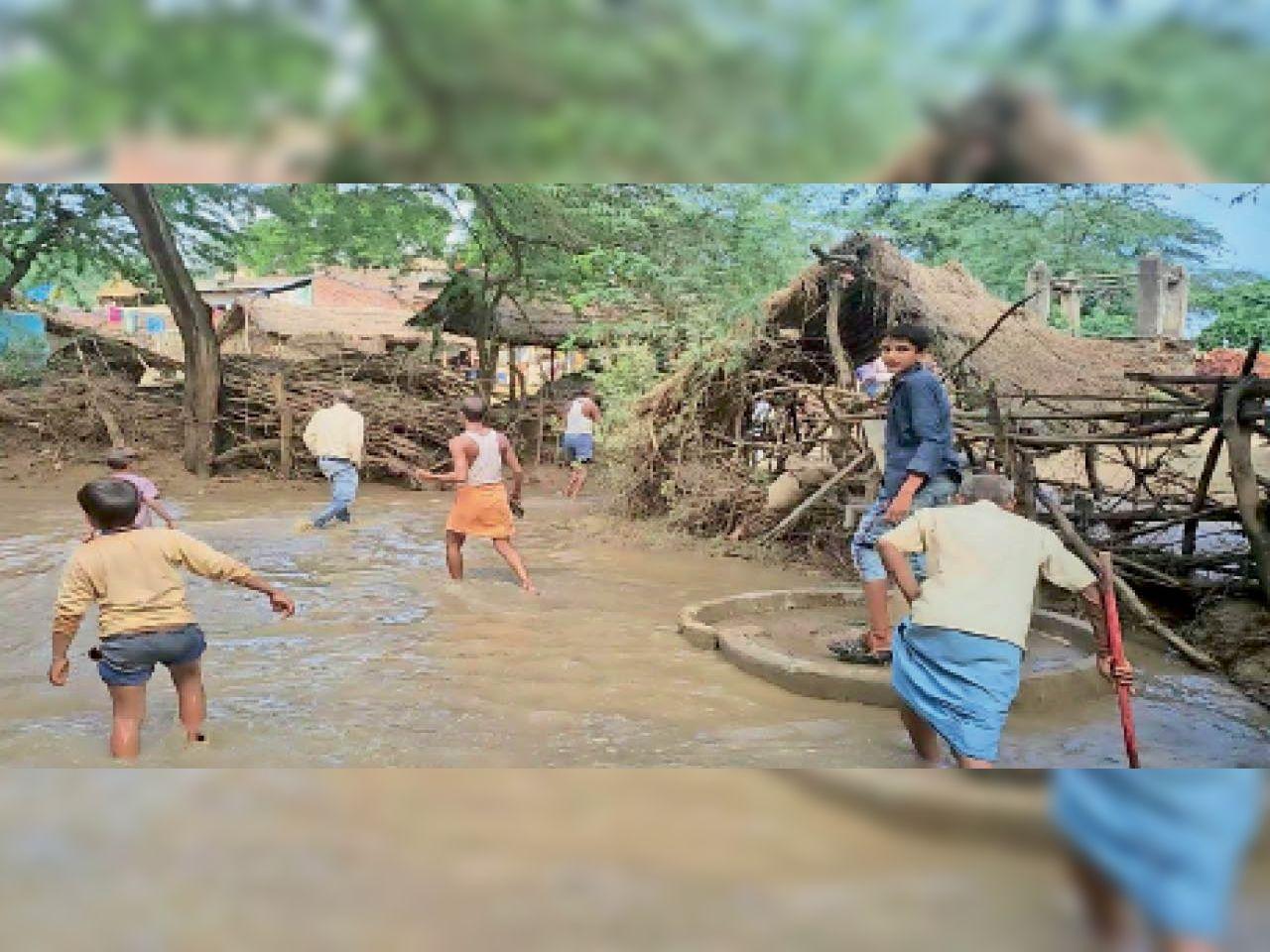 देवालय गांव में पानी भरने के बाद सुरक्षित स्थान पर जाते ग्रामीण। गांव की महिलाओं को उनके मायके भेज दिया गया है। - Dainik Bhaskar