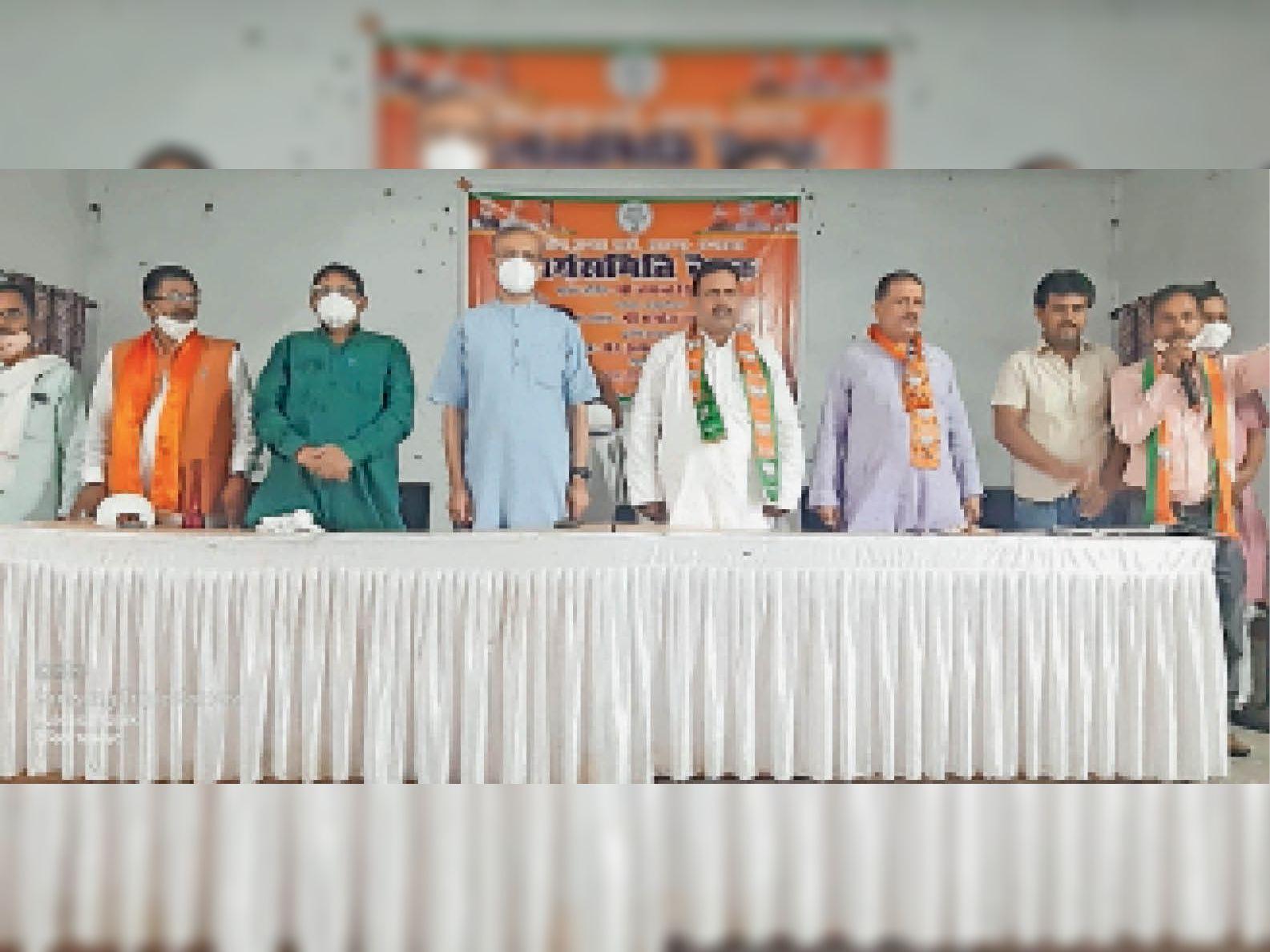 चंदवारा के प्रखंड मुख्यालय सांस्कृतिक भवन में शामिल सांसद जयंत सिन्हा व अन्य। - Dainik Bhaskar