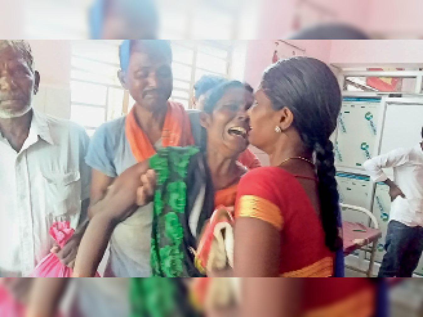 वज्रपात से मजदूर की मौत के बाद विश्रामपुर अस्पताल में चीत्कार करती पत्नी व बेटे। - Dainik Bhaskar