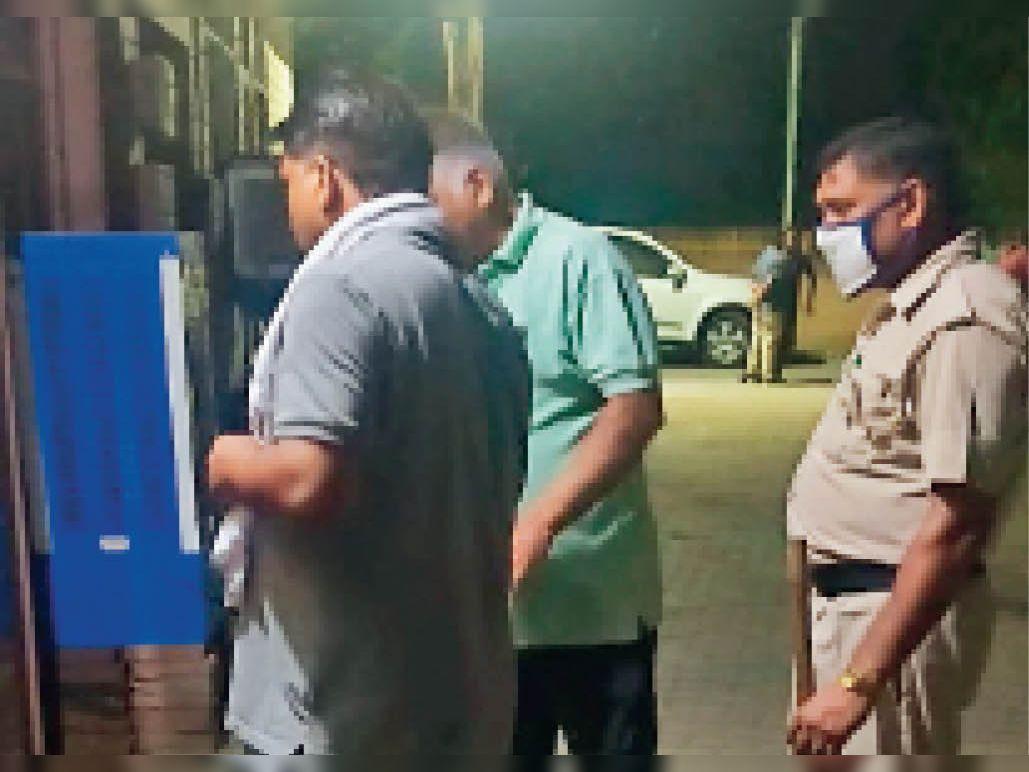 न्यू ऋषि नगर में घटनास्थल पर जांच करती पुलिस। - Dainik Bhaskar