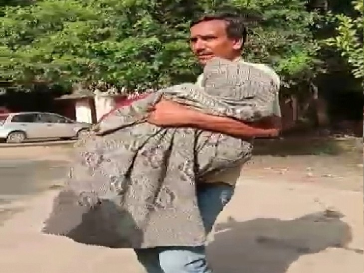 प्रयागराज में एंबुलेंस में एक घंटे तड़पती रही प्रसूता, पैसे न होने की वजह से स्टाफ नर्स ने नहीं किया भर्ती, पत्नी को गोद में लेकर नर्सिंग होम ले गया युवक|प्रयागराज (इलाहाबाद),Prayagraj (Allahabad) - Dainik Bhaskar