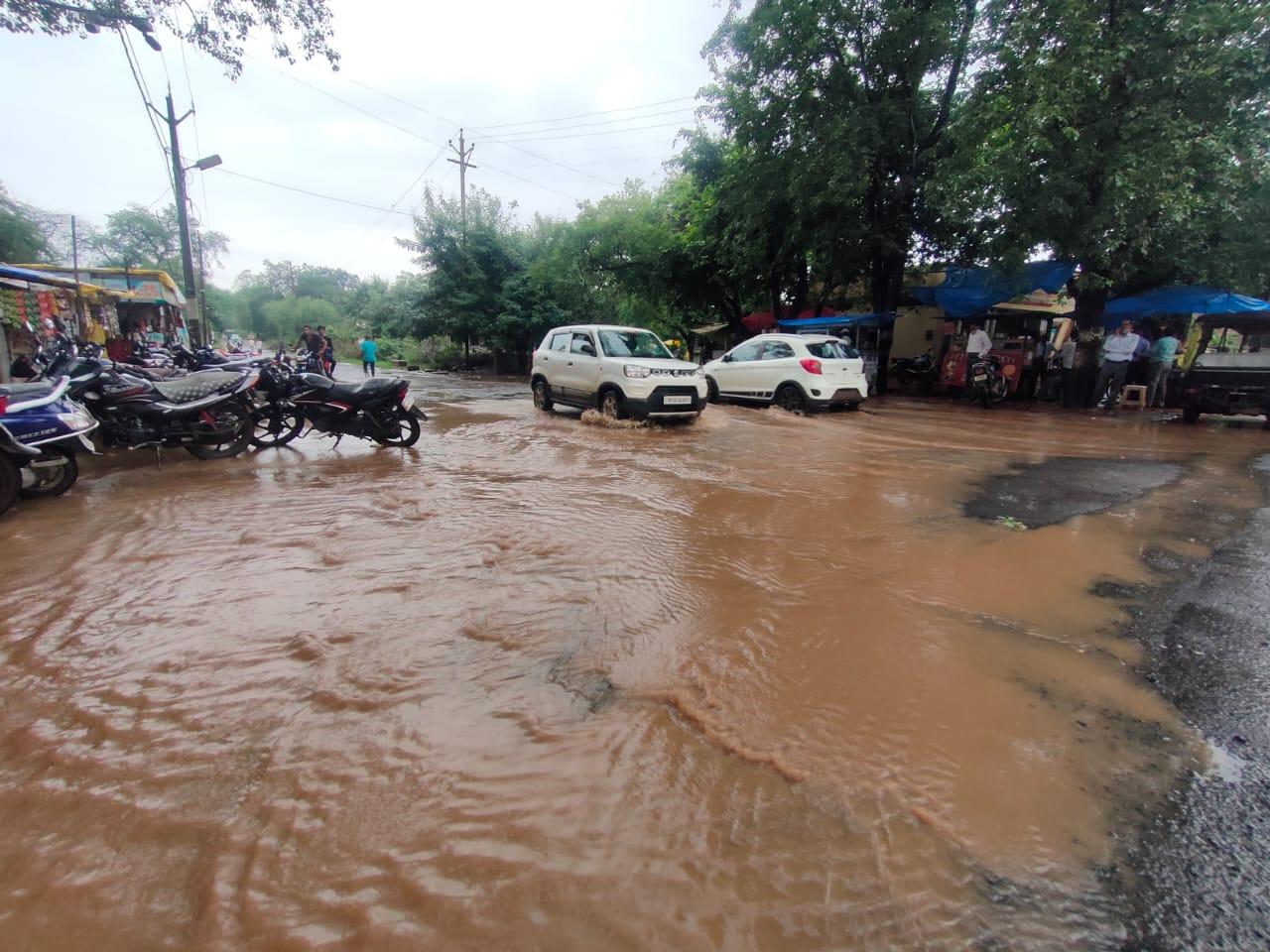 रविवार सुबह तेज बारिश से पीपल चौक के पास सड़को पर पानी भरा गया। - Dainik Bhaskar