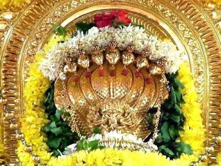 कर्नाटक के सुब्रमण्या में स्थित कुक्के श्री सु्ब्रमण्या मंदिर में स्थापित नागदेवता की स्वर्ण प्रतिमा। दक्षिण के प्रमुख नाग मंदिरों में यह विशेष स्थान रखता है। - Dainik Bhaskar