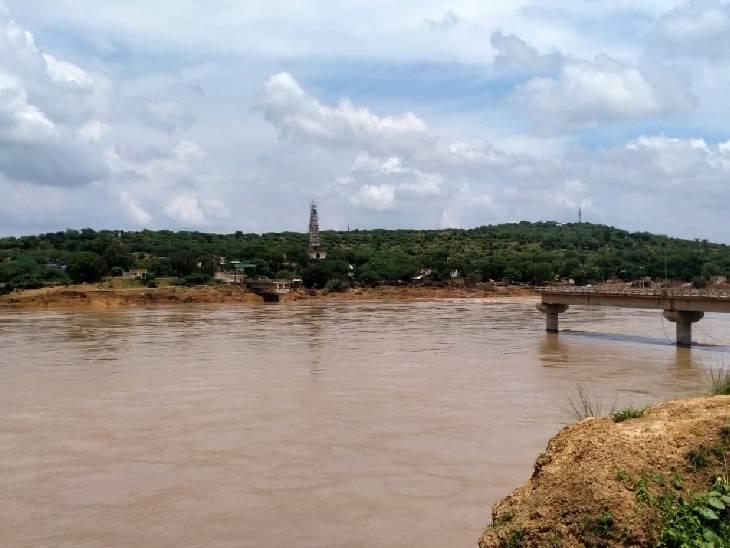 दतिया जिले में सिंध नदी पर बना सेंवढ़ा का पुल बह गया था।