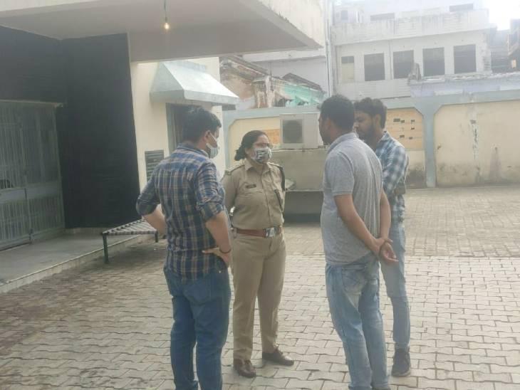पोस्टमॉर्टम हाउस के बाहर मृतक के परिजनों से बात करतीं सीओ छत्ता दीक्षा सिंह।