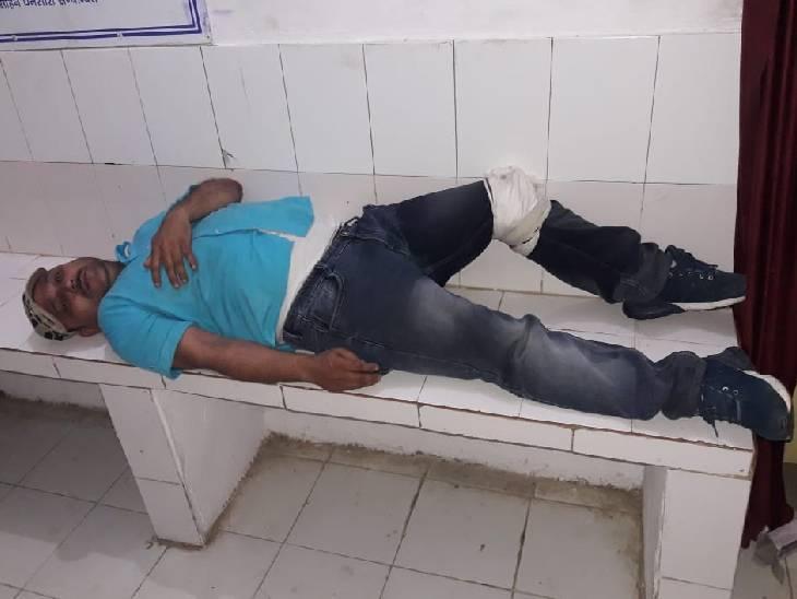 पुलिस ने अभियुक्त को हिरासत में लेकर प्राथमिक इलाज के लिए सीएचसी खुटहन भेज दिया। - Dainik Bhaskar