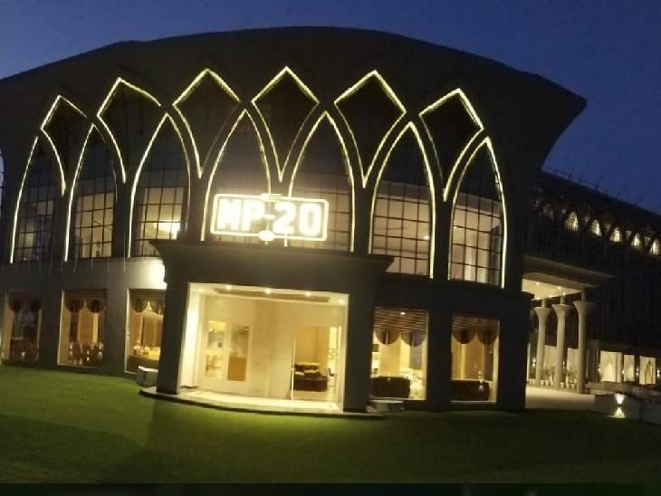 होटल आर्बिट को बदनाम करने की धमकी देते हुए मांग रहे थे 5 लाख रुपए।