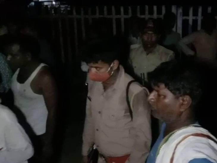 मौके पर मौजूद स्थानीय निवासी और पुलिसकर्मी। - Dainik Bhaskar