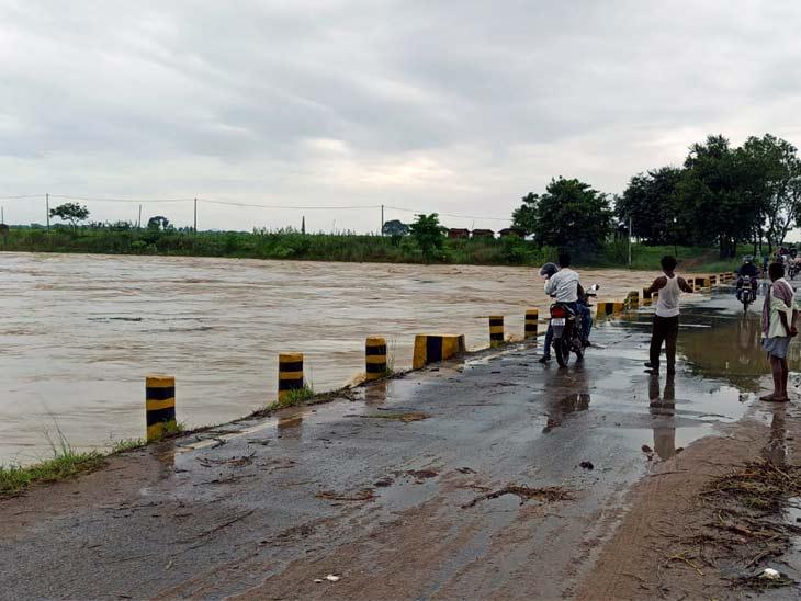 शनिवार दिन और रात में हुई जोरदार बारिश से नदी पूरी तरह लबालब भर गई है - Dainik Bhaskar