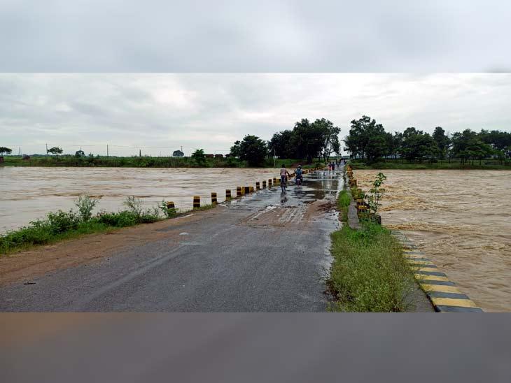रविवार सुबह नदी का पानी करीब 15 फीट ऊपर उठकर पुल को छूता नजर आया।