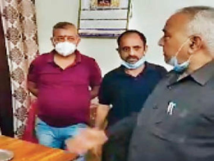 नगर परिषद ज्वालामुखी कार्यालय में शनिवार को स्थानीय विधायक योजना बोर्ड उपाध्यक्ष रमेश धवाला पहुंचे। - Dainik Bhaskar
