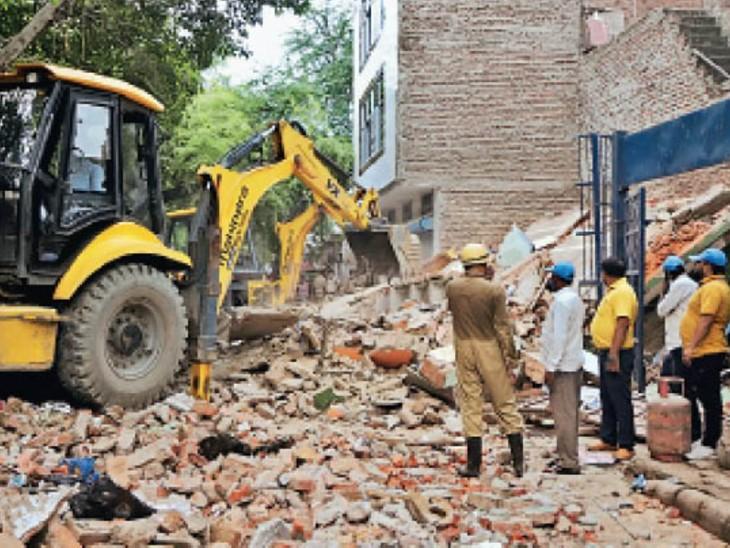 नंद नगरी इलाके में एक तीन मंजिला मकान जमींदोज हो गई। - Dainik Bhaskar