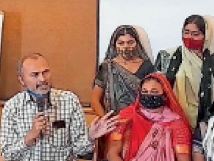 राजकोट में गुजरात के मछुआरों को छुड़ाने के लिए प्रेस कांफ्रेंस आयोजित कर परिवारजनों ने सरकार से गुहार लगाई। - Dainik Bhaskar