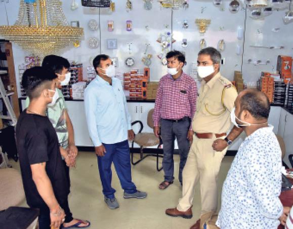 कचहरी रोड स्थित सांई कृपा लाइट उपकरण की दुकान में चोरी के बाद जांच करती पुलिस। - Dainik Bhaskar
