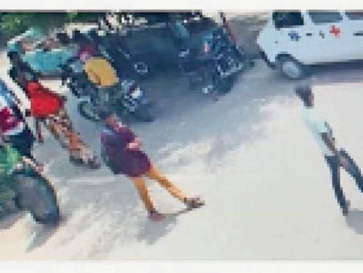 सीसीटीवी में कैद बुजुर्ग महिला से ठगी करने वाले युवक । - Dainik Bhaskar