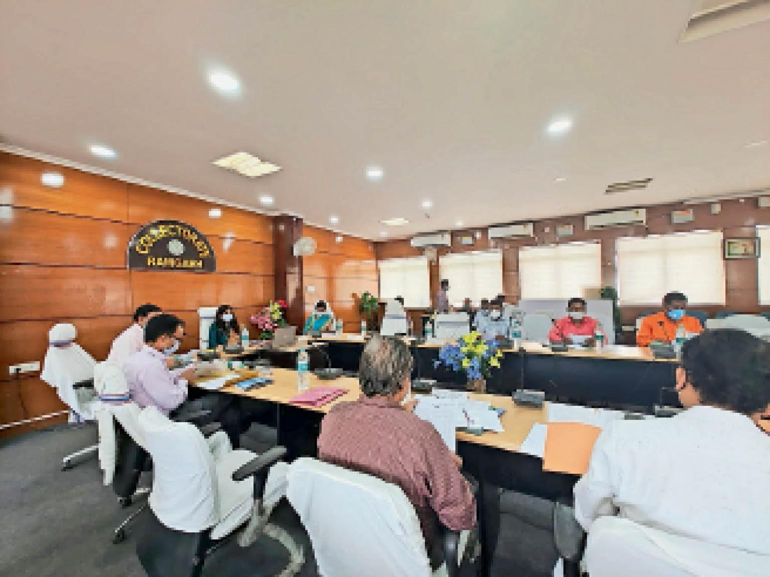 डीएमएफटी के न्यास परिषद की बैठक में डीसी, विधायक और अन्य। - Dainik Bhaskar