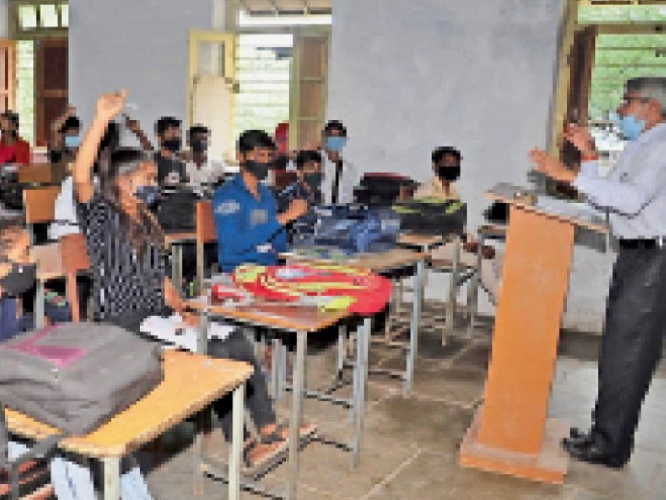 उत्कृष्ट विद्यालय में 9वीं के छात्र पढ़ाई करते हुए। - Dainik Bhaskar