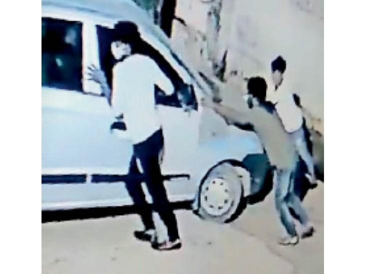 कार को धक्का मारकर ले जाते वाहन चोर। - Dainik Bhaskar
