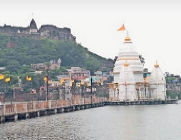 जल मंदिर के प्लेटफार्म में बने हुए पत्थर के घोड़ों के मुंह तक अभी पानी नहीं पहुंचा है। - Dainik Bhaskar